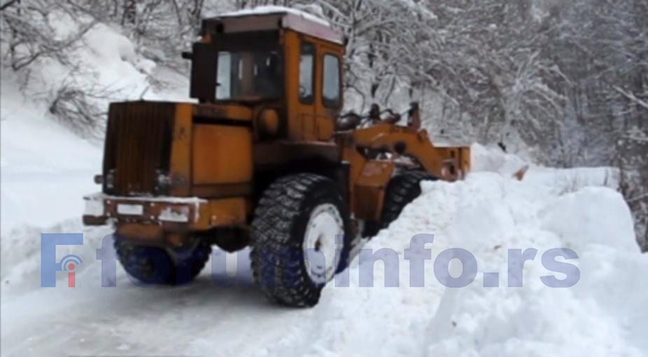 """Rezultat slika za Sneg na lokalnim putevima čistiće firme """"Labud plus"""" i """"Trgošped"""""""