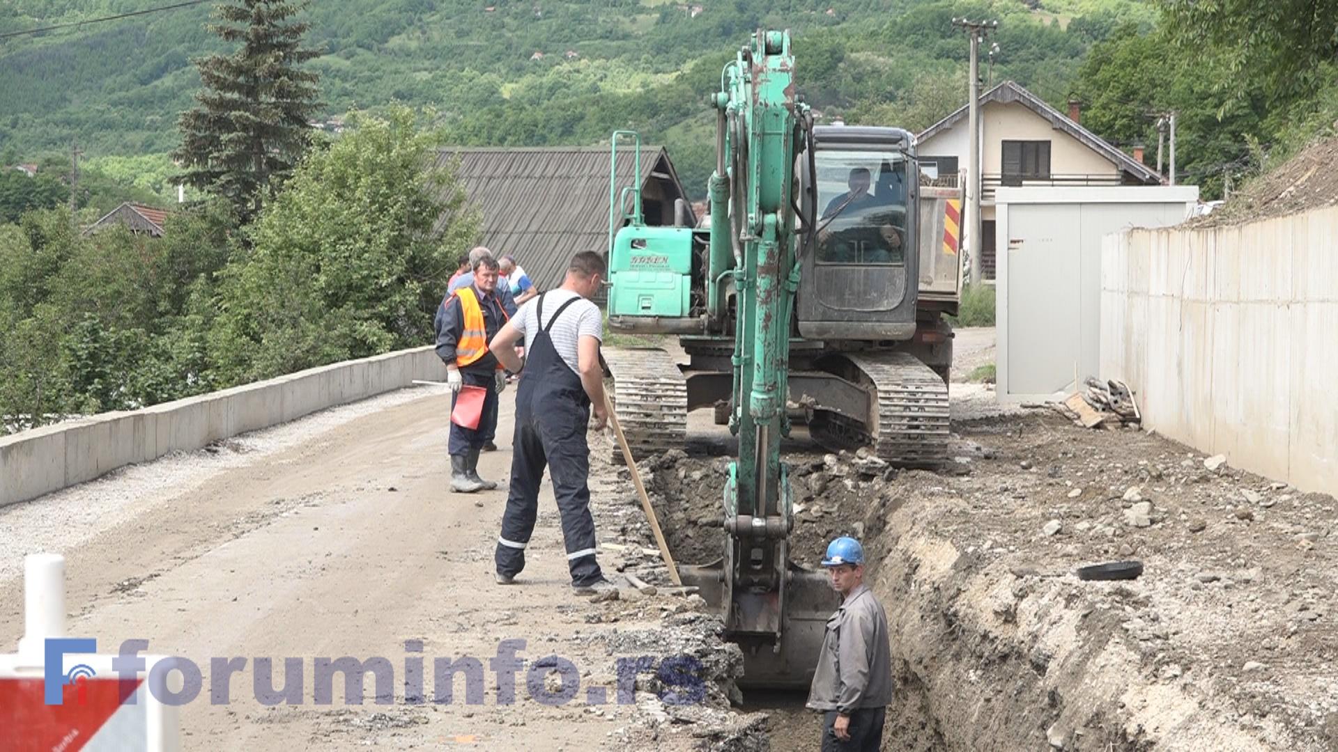 Због пута у Сељашници се ради 200 метара новог цевовода (ВИДЕО)
