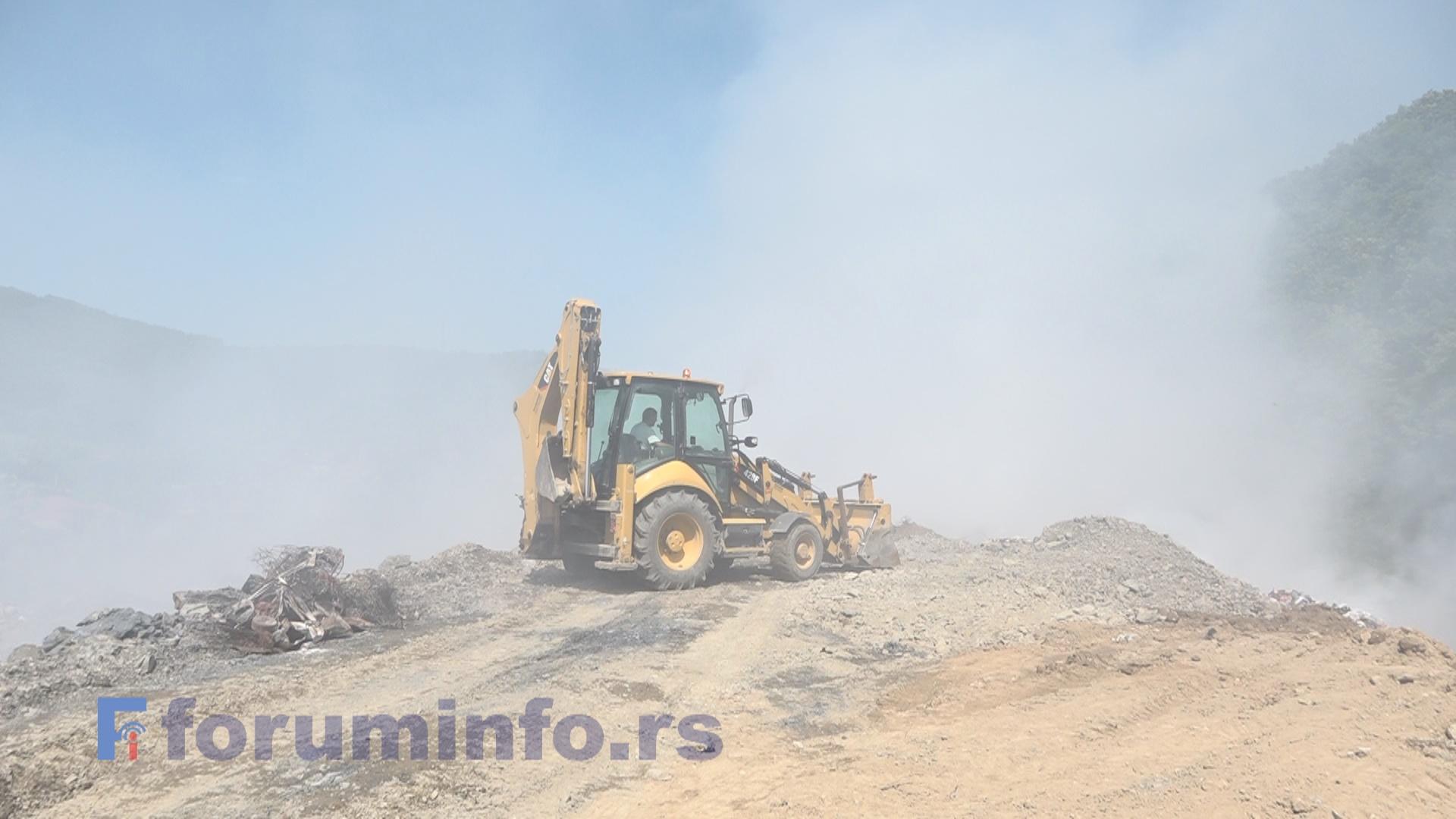 Депонија Стањевине гори и даље. Почело засипање земљом (ВИДЕО)
