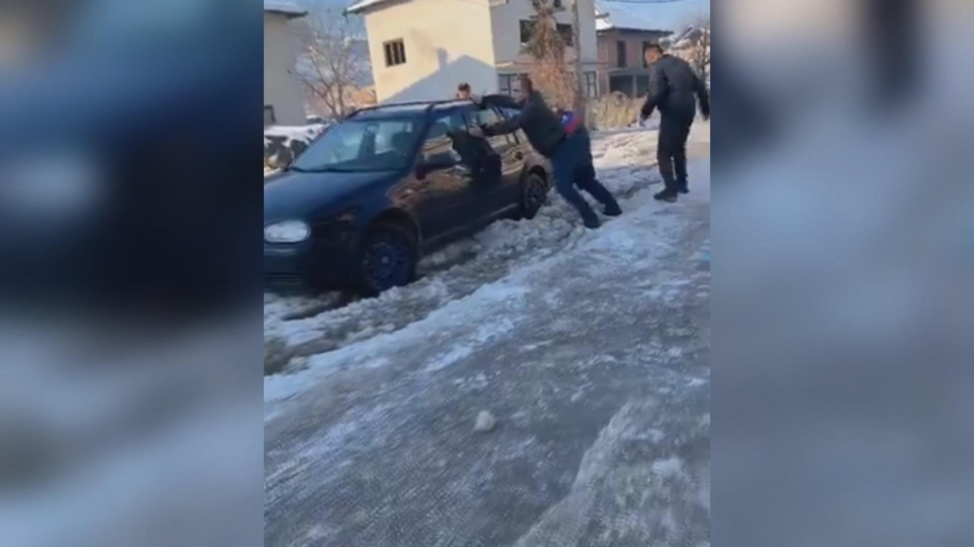 Лед оковао улицу Жарка Маринковића у Бродареву
