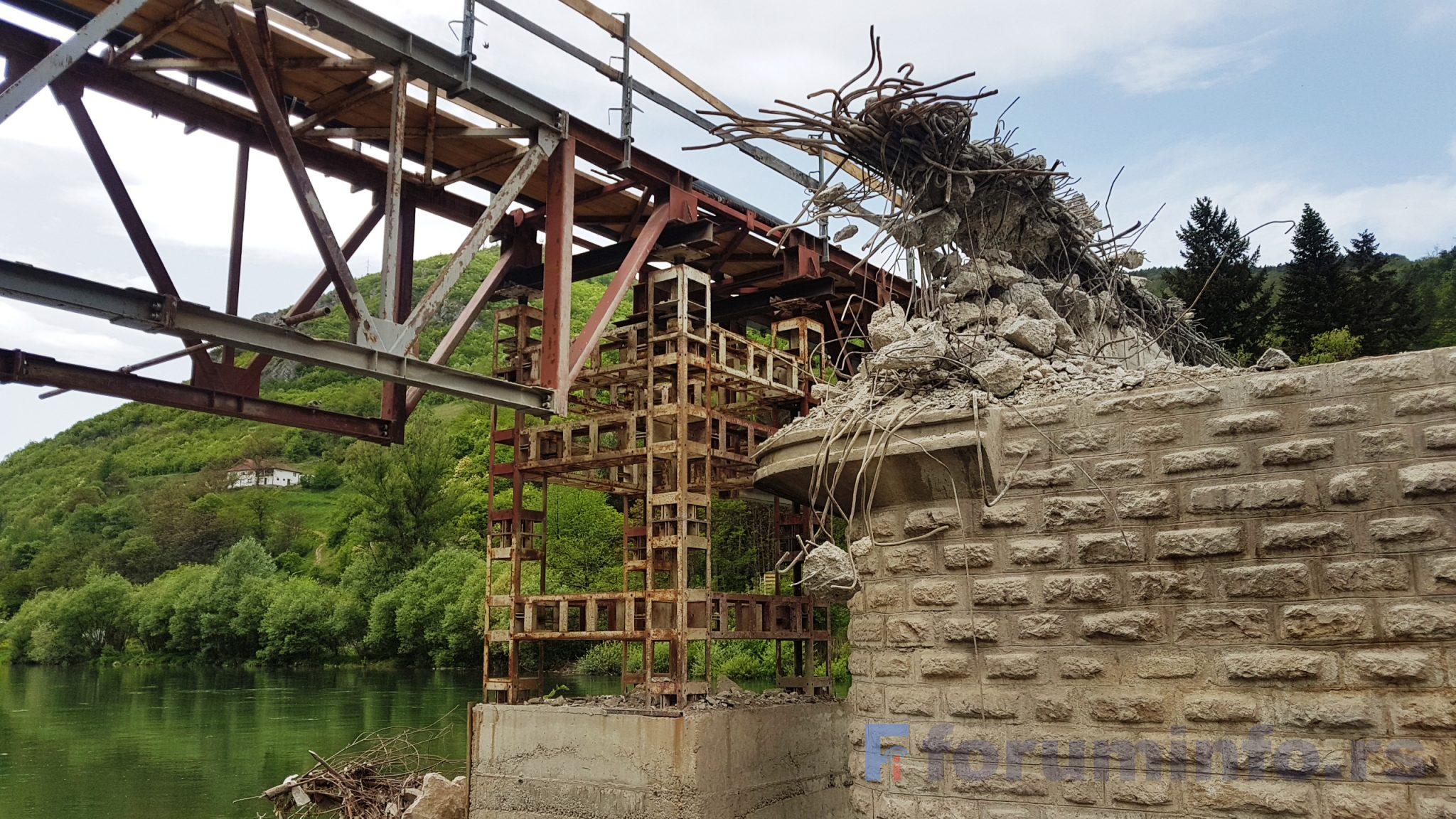Цео град без воде због пуцања цеви на мосту у Шарампову