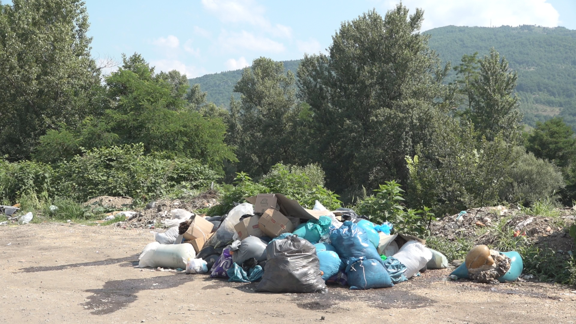 Кланични отпад од Курбан бајрама у Миоској стоји већ трећи дан – ко је надлежан и када ће бити уклоњен?